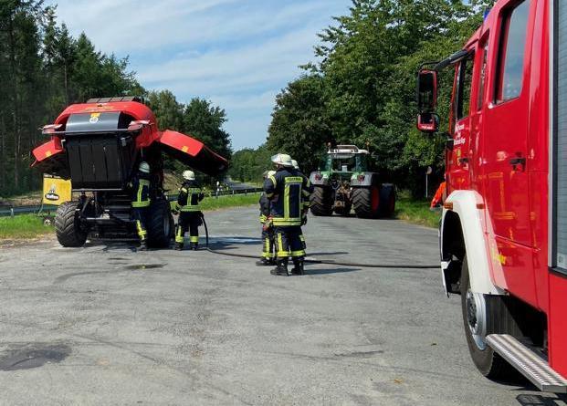 In Börger brannte am Samstag eine Strohballenpresse. Die Feuerwehr Börger übernahm die Nachlöscharbeiten. Foto: SG Sögel/Feuerwehr