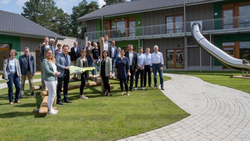 Pünktlich zum Kindergartenjahr 2021/2022 ist die Kita II am Kiesbergwald fertiggestellt. Die Schlüsselübergabe erfolgt im Beisein von Vertretern aus Politik, Verwaltung und Kirche (Foto: Thomas Keuter).