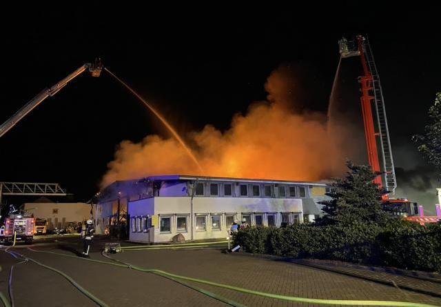 120 Einsatzkräfte löschen in Vollbrand stehende Lagerhalle - Gefahr durch Schadstoffe nur im Brandort - Foto: Hendrik Brink, Feuerwehr Nordhorn