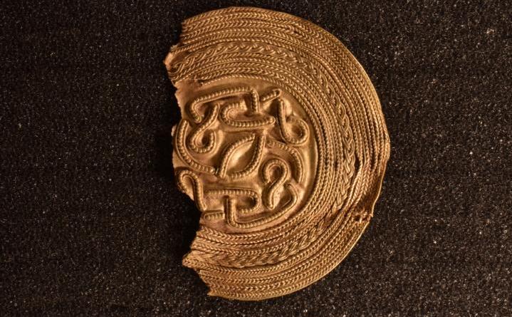 Der etwa 1.400 Jahre alte Goldbrakteat (Foto: Julian Schierenbeck, NLD)