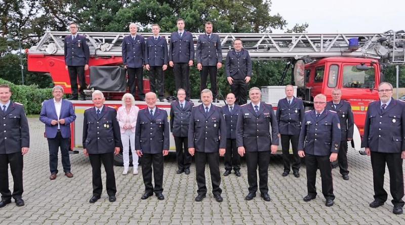 Zahlreiche Feuerwehrleute aus Sögel wurden nach einer mehr als zweijährigen Zwangspause geehrt oder befördert. Unser Foto zeigt diese Mitglieder zusammen mit den Gratulanten. Foto: Brand - Foto: Lambert Brand