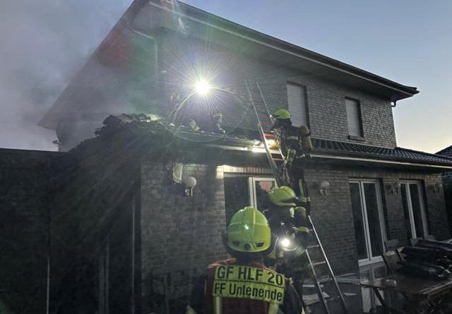 Feuerwehr Papenburg löscht Gebäudebrand an der Windbergstraße - Foto: Stadt Papenburg / Feuerwehr