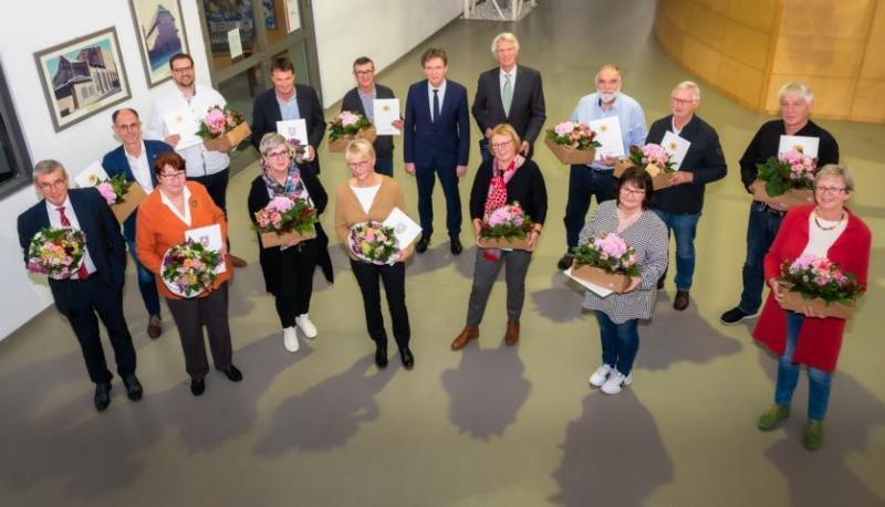 Die scheidenden Stadtratsmitglieder wurden in der vergangenen Ratssitzung offiziell verabschiedet. Zudem wurden Stadtrats- und Ortsratsmitglieder für ihr 25-jähriges kommunalpolitisches Engagement mit einer Ehrenkurkunde des Niedersächsischen Städtetages geehrt (Foto: Helmut Kramer).