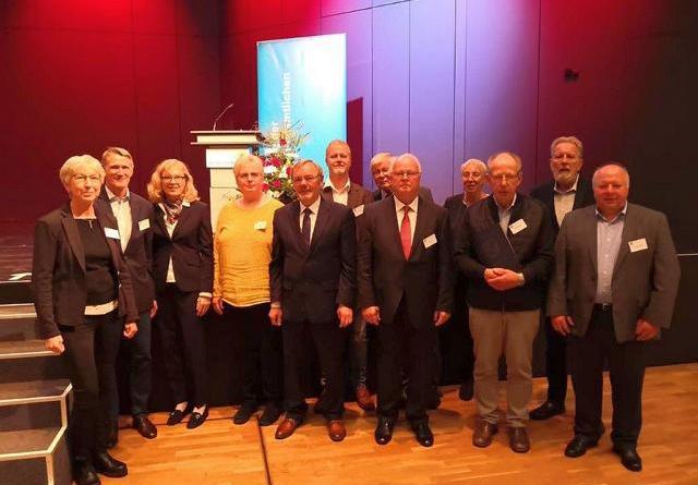 Sozialdezernentin Dr. Sigrid Kraujuttis (3. v. l.) mit den elf Ehrenamtlichen, die bei einem Empfang mit Ministerpräsident Stephan Weil für ihre bürgerschaftliche Tätigkeit ausgezeichnet wurden. (Foto: Landkreis Emsland)