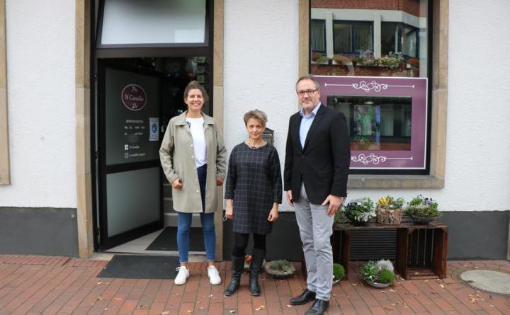 Bürgermeister Helmut Knurbein und Eva Weusthof vom Citymanagement der Stadt Meppen (links) haben Natascha Stuhlberg (Mitte) in ihrem neuen Geschäft an der Emsstraße besucht. Foto: Stadt Meppen