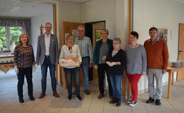 Bürgermeister Helmut Höke überreicht einen Präsentkorb zum Start des Mittagstisches in Osterbrock an Brigitte Penning vom Orgateam Foto: Gemeinde Geeste
