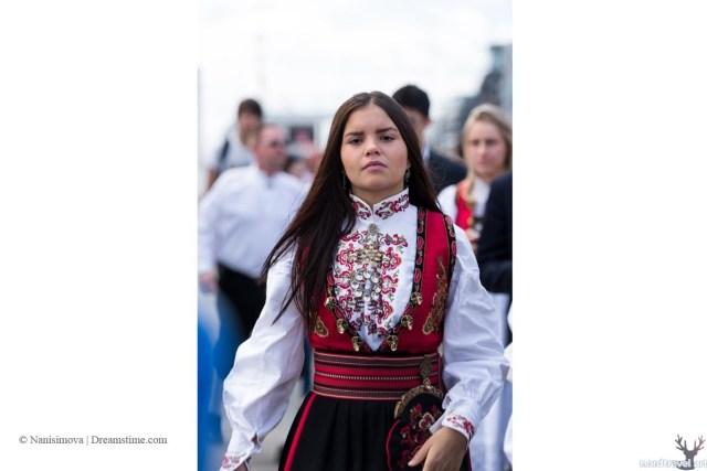 Норвежка в национальном костюме.