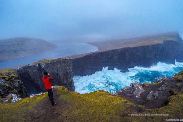 Турист, фотографирующий виды озера в атлантический шторм