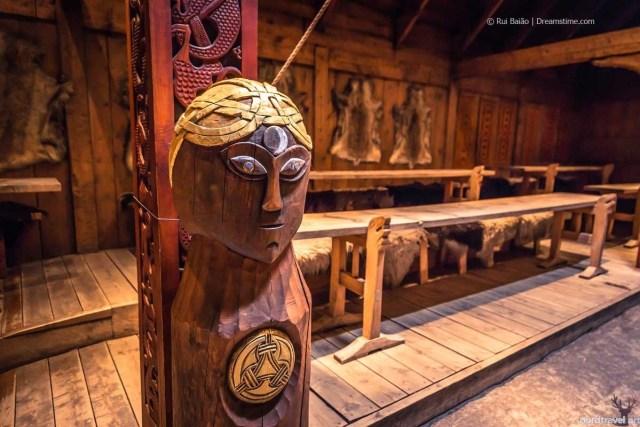 Деревянная статуя Одина в традиционном доме эпохи викингов