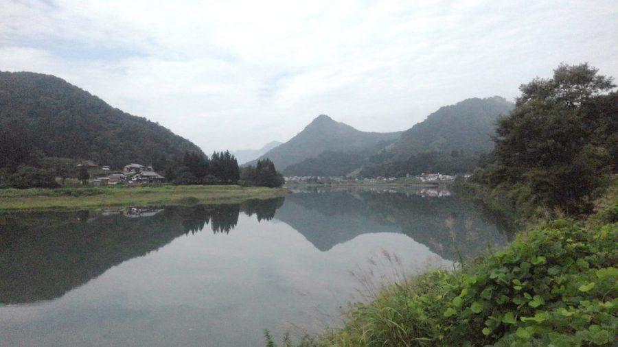 只見川の水鏡に映る山々
