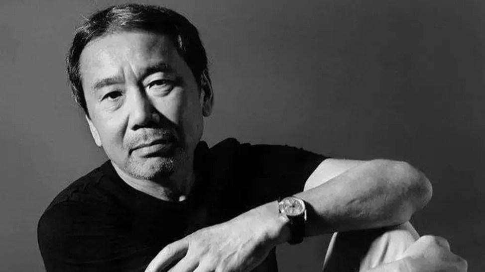 村上春樹が小説家になった年齢ときっかけ。大学在学中にジャズ喫茶を開店、野球を観戦中に小説家になろうと思う。