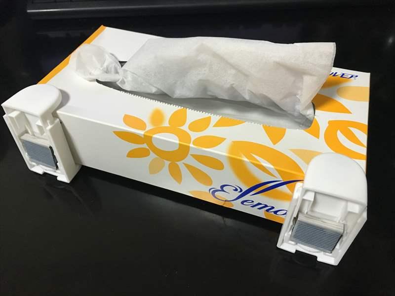 ボックスホルダーをティッシュの箱に装着 ティッシュの箱をデスクの下に隠してスッキリ収納!!簡単な方法を紹介!