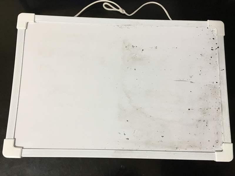 違いがわかるよう半分だけキレイにしてみます。 ホワイトボードの汚れを「〇〇で」キレイに落とす簡単な方法!!消えない汚れも一瞬で消せます! #掃除