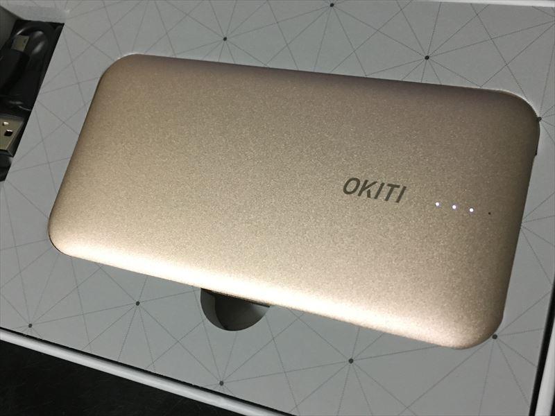 """本体部分はキッチリ収まっているし、取りだしやすいよう指を入れる""""くぼみ""""もある。良く出来てる! 【徹底解析】Okiti モバイルバッテリー 10000mAhが最高にオススメ!ケーブル無しで持ち運び出来て荷物が軽くなる!充電時間を計測しました!"""