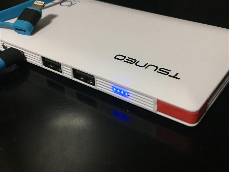 充電が開始されると本体のLEDが光ります。 【徹底解析】TSUNEO モバイルバッテリー 10000mAhの圧倒的軽さ!ケーブル内蔵!大容量!安さ! 最強のモバイルバッテリーです!(Dmtown)