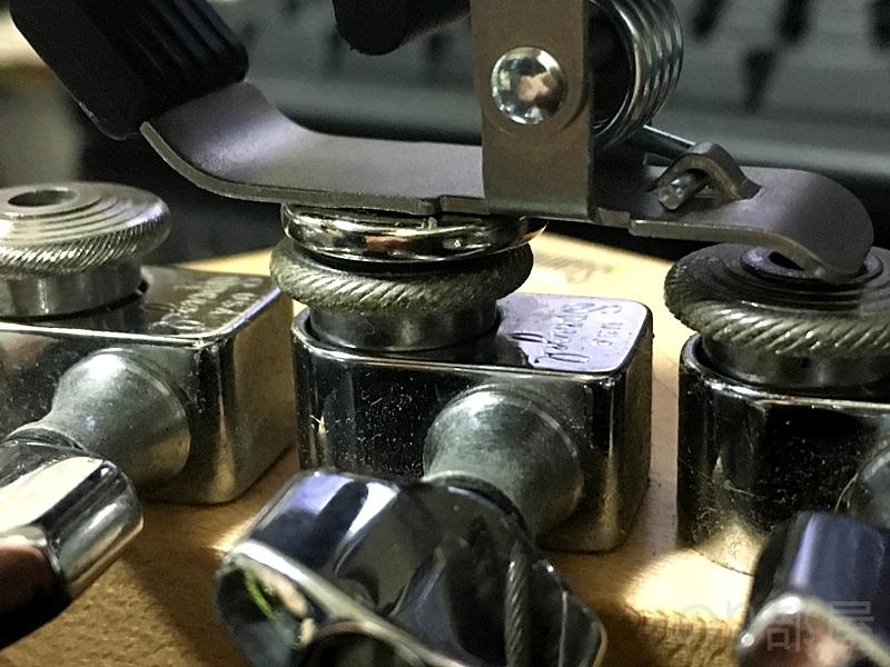 マグネットをペグの裏側に取り付ける【問題解決】クリップチューナーのつけっぱなしのダサさを解決!!今すぐ簡単に出来る簡単な方法!