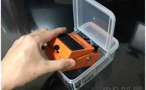 開けた場所からBOSSエフェクターを入れます。 BOSSエフェクターを100均のフタ付きタッパー「ロックパックスリム S」に入れてみる! 【徹底紹介】エフェクターを収納するのに最適な方法!キレイに片づけホコリも被らないで取り出しやすいしまい方。ギター・ベースユーザーにおススメです!【エフェクタータッパー】