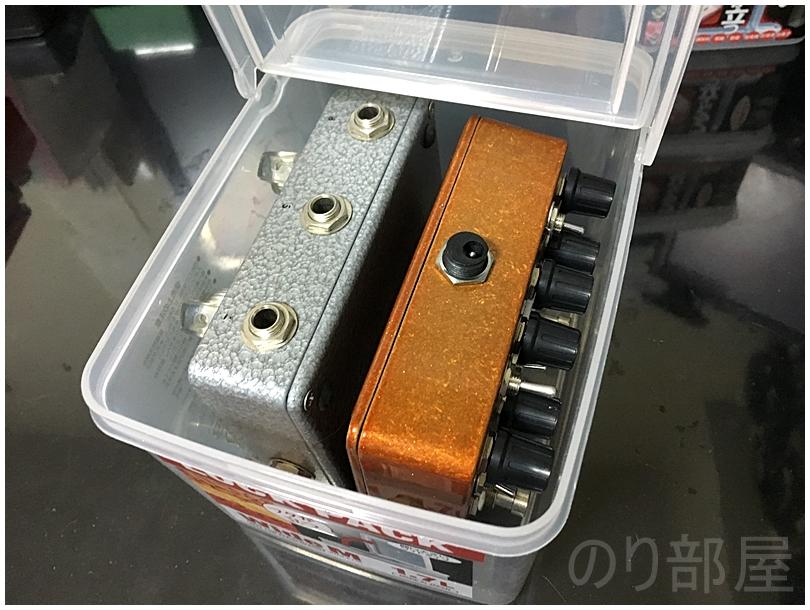 2Ch仕様の大き目のエフェクターも2台収納可能!100均のフタが立つタッパー「ロックパックワイド M 1.7L」にコンパクトエフェクターを入れる 【徹底紹介】エフェクターを収納するのに最適な方法!キレイに片づけホコリも被らないで取り出しやすいしまい方。ギター・ベースユーザーにおススメです!【エフェクタータッパー】
