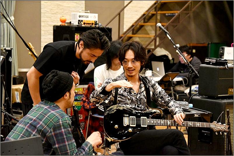 さらに他のバンドにもギタリストとしてゲスト参加する機会も増えています。 【徹底紹介】綾野剛のエフェクターボード・機材を解析!ツマミ・ノブの位置も分かる!ギターを支える機材の数々を紹介!ギター。 #綾野剛 #thexxxxxx #ザシックス【金額一覧】