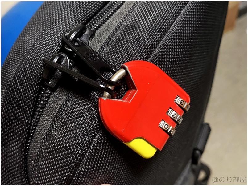 ケースを開けられないためにファスナーを南京錠・ワイヤーロックでカギをかける ケースや機材をワイヤーロック・南京錠などで施錠をする&固定をする【徹底解説】楽器機材の盗難を防ぐ方法+盗まれたらやるべきこと。ギター・ベースを守るオススメの方法。