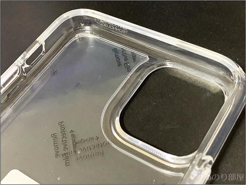 スマホケースの内側のシールを剥がします 「Spigen ウルトラ・ハイブリッド(クリスタル ・クリア)」のスマホケースをiPhone 11 proに装着します!【徹底解説】iPhone 11 proのオススメのケース・保護フィルムは「Spigen ウルトラ・ハイブリッド」と「Spigen ガラスフィルム GLAS.tR SLIM」!干渉もなくて丈夫で傷もつかない!【シュピゲン】