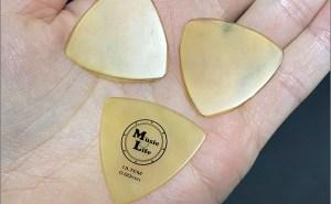 ギターのピックの交換時期。できるだけ早めに交換して弾き心地が一定になるのがおすすめ。ダメになったのはすぐに捨てる。