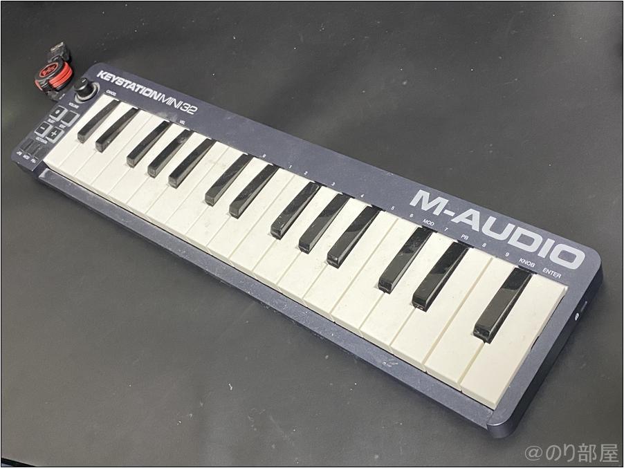 M-Audio USB MIDIキーボード Keystation Mini 32 MK3 MIDIキーボードのオススメの置き場。後付けデスクの「 サンワダイレクト キーボードスライダー」がかなり良さそう!