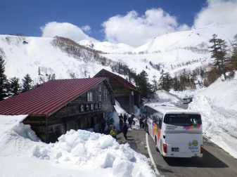 位ヶ原山荘 春山バスが到着
