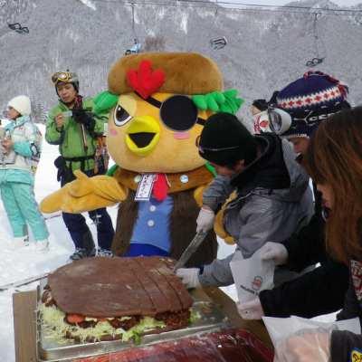 スキーイベントでの100人バーガー、さんぞくっくと一緒に