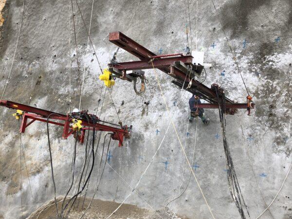 吊り下げ削孔機