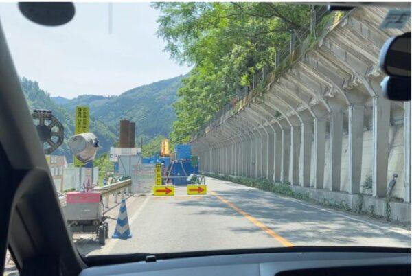 至るところに敷かれた片側交通規制