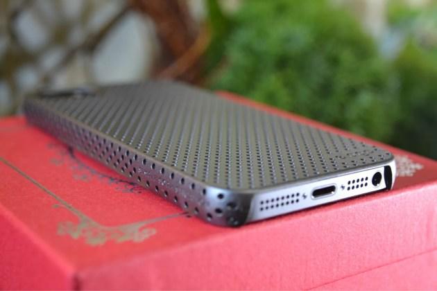 iPhone5s用のパンチングケース装着2