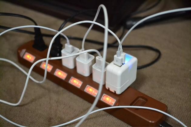 USBケーブルが多過ぎてコンセント付近がめちゃくちゃ。