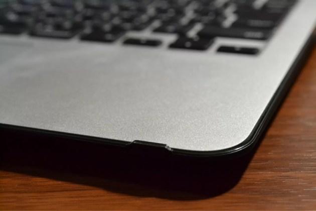 MacBook Airのブラックケースを固定する爪1