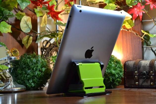 100円ショップSeriaで見つけたタブレットスタンドにiPadを立てる2