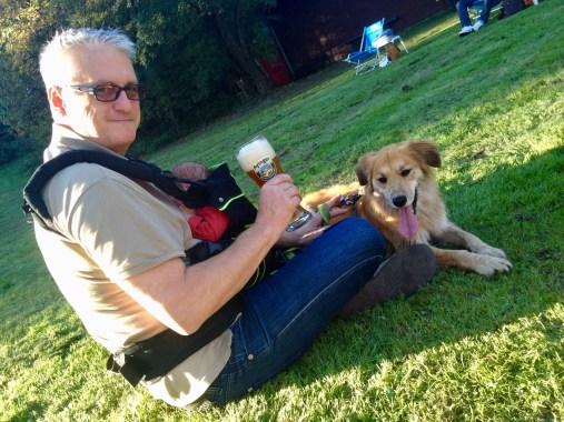 Wochenbett – RiskyDad mit Merlin in der Trage und Hund Whiskey