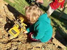 Merlin spielt im Sandkasten – natürlich mit Bagger!