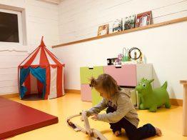 Merlin spielt im Kinderspielzimmer