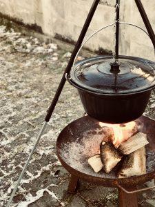 Das Feuer für den Glühwein einfach schon ein Stündchen vorm Brauen anzünden