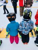 Skifahren lernen – Merlin und sein Cousin beim Skikurs