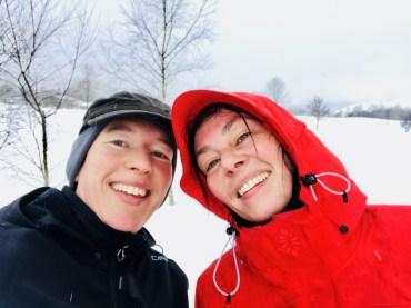 Skifahren lernen – RiskyMum mit ihrer Cousine auf der Loipe