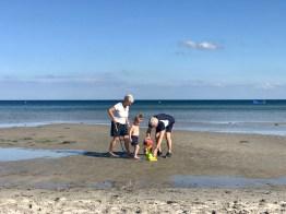 Merlin mit seinen Großeltern am Strand