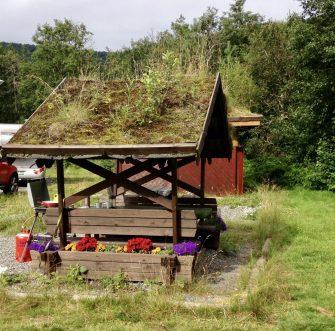 Sitzbank mit begrüntem Dach auf schwedischer Raststätte