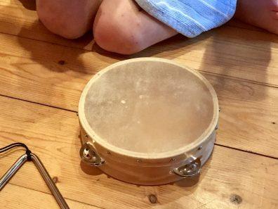 Junge mit Schellen-Tambourin