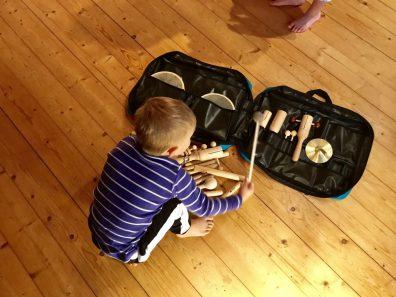 Junge mit Rhythmusset