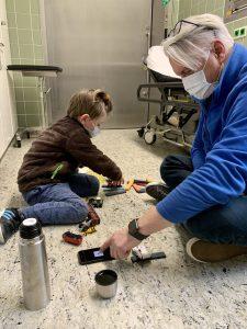 Coronavirus Test – Papa und Merlin spielen, bis die Ärztin kommt