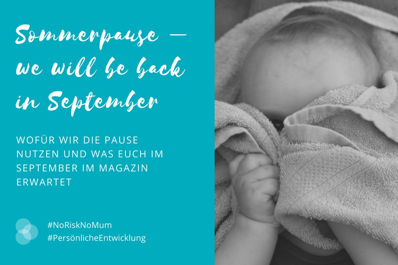 Sommerpause – ein Baby hält sich ein Handtuch vor das Gesicht.
