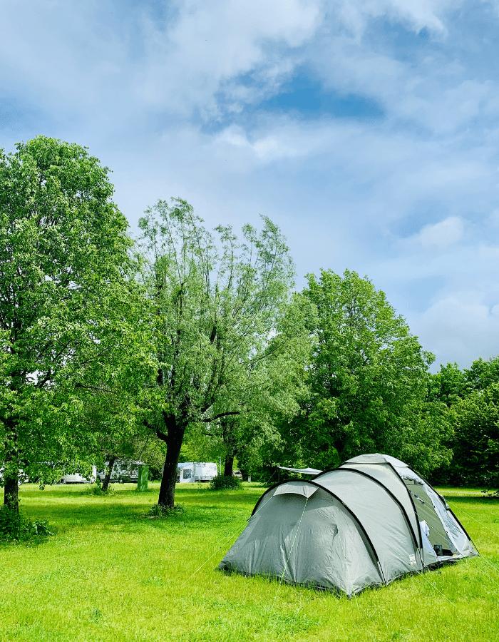 Campingplatz Starnberger See beim Fischer – Zelt auf der Wiese