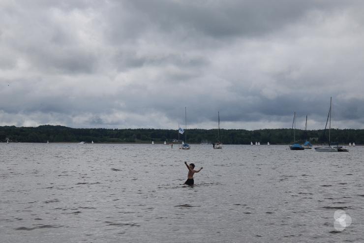Campingplatz Starnberger See beim Fischer – Kind badet im See