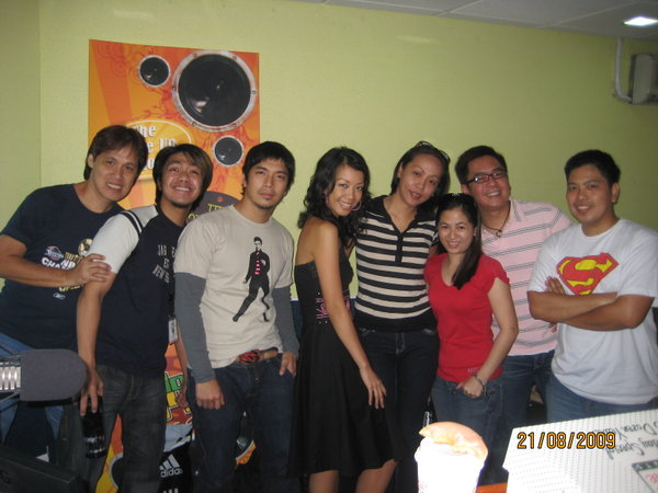 Having arrived early for the BMG, we had a good time clicking away with the DJs (L-R): Mr. Ching, DJ Jaypee, DJ Rayu, DJ Lily, Lea, JPDFortes, your blogger and Rene.